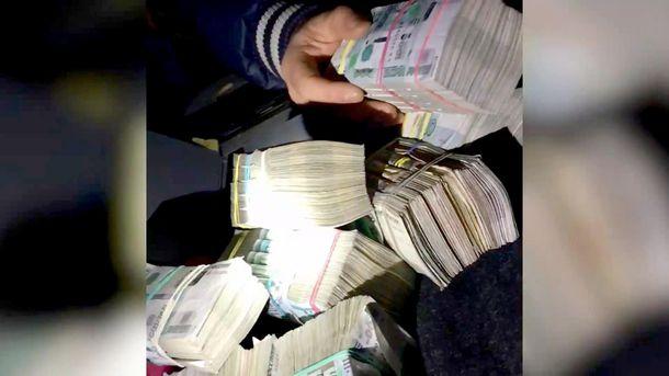Пачки грошей, знайдені прикордонниками у машині
