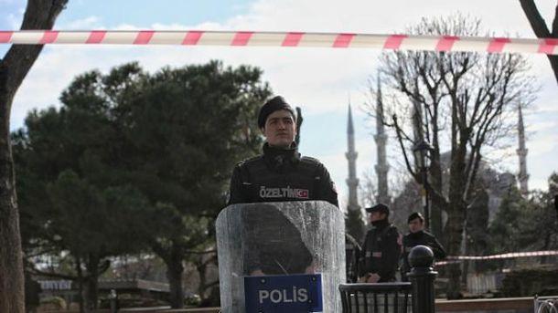 Полиция охраняет место взрыва в Стамбуле