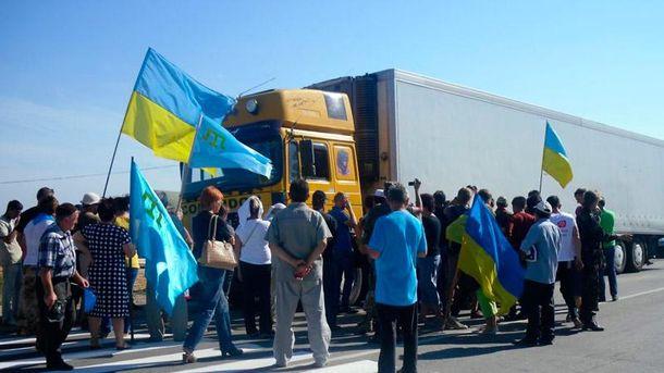 Офіційна блокада Криму вступила всилу: активісти знімають блокпости