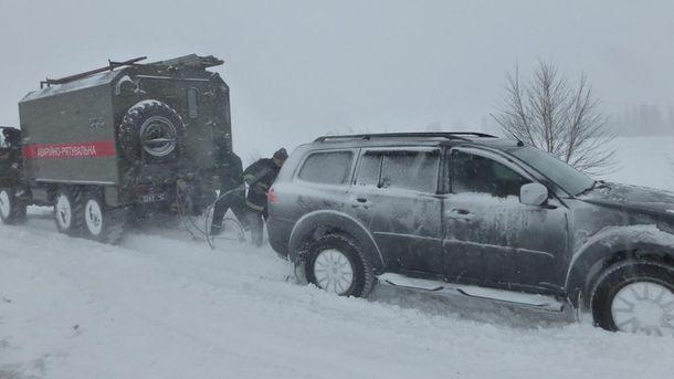 Рятувальники витягують автомобіль