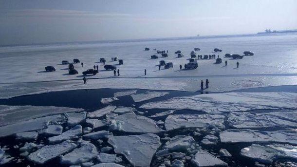 Люди с машинами на льдине