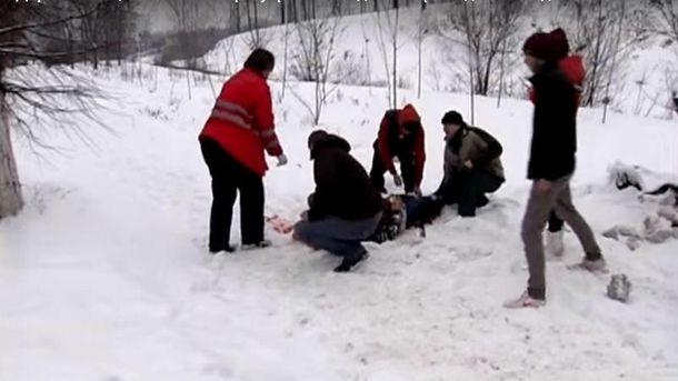 Автомобиль отбросил мужчину на 30 метров – появилось страшное видео (18+)
