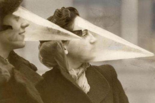 До винаходу водостійкої туші пропонувалося носити такі маски, щоб врятувати макіяж від негоди.