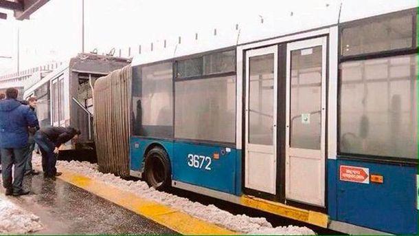 Троллейбус провалился в Москве