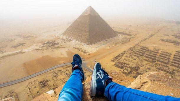 Турист вылез на пирамиду