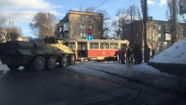 БТР врізався в трамвай