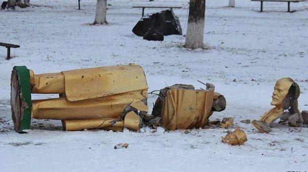 Разбитый памятник Ленину (иллюстрация)