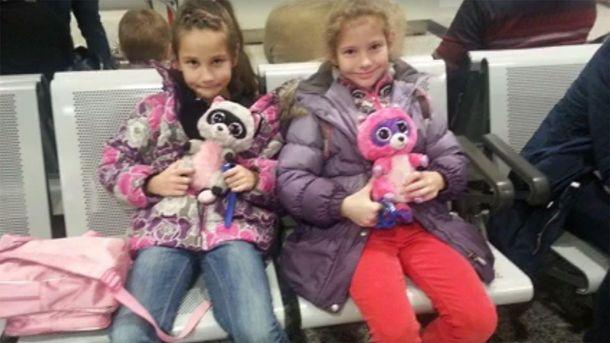 Юні українки в канадському аеропорті