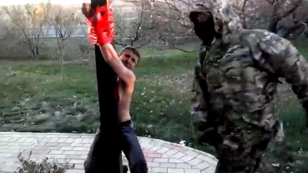 Террористы пытают мужчину