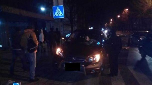 С медовухой в руках пьяный водитель въехал в людей на остановке во Львове