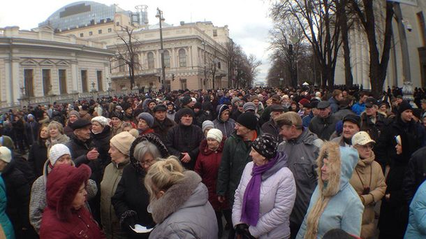 Мітингувальники по дорозі до Ради