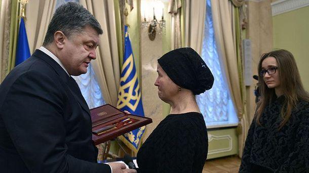 Петро Порошенко нагороджує вдову Героя