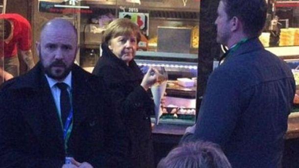 Меркель ест фаст-фуд