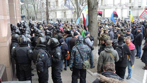 Протестувальники під офісом СКМ
