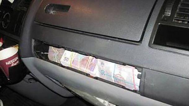 Деньги, спрятанные в микроавтобусе