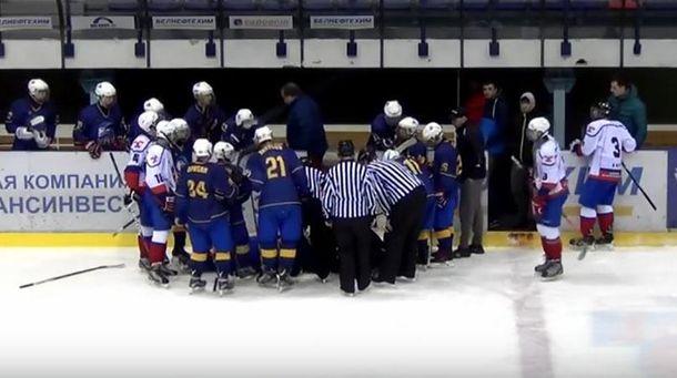 Хокеїсту надають допомогу
