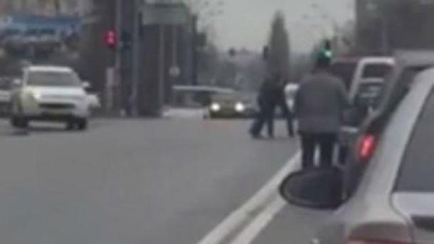 Водители устроили драку на дороге