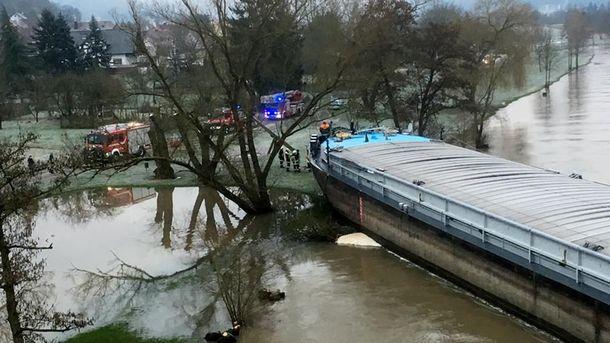 Баржа перегородила реку