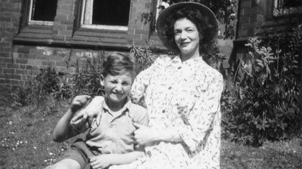 Юний Джон Леннон з мамою