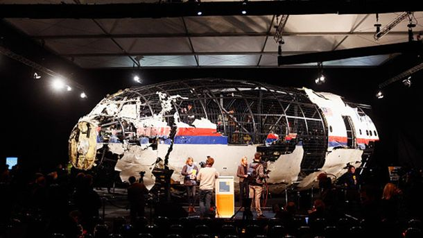 Реконструкция сбитого самолета МН17 из найденных обломков