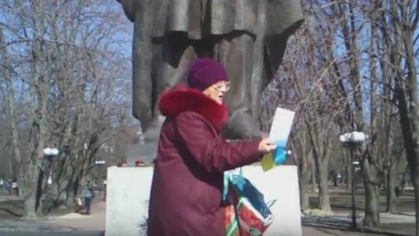 В Луганске пенсионерка вышла к памятнику Тарасу Шевченко