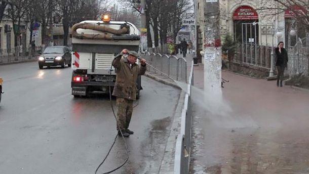 В Симферополе улицы моют водой