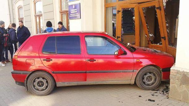 Автомобиль въехал в двери горсовета