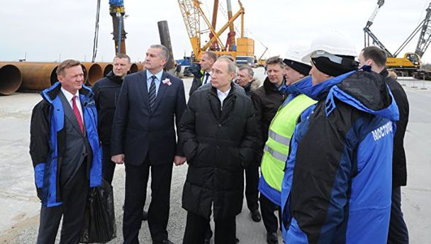 Володимир Путін на будівництві мосту