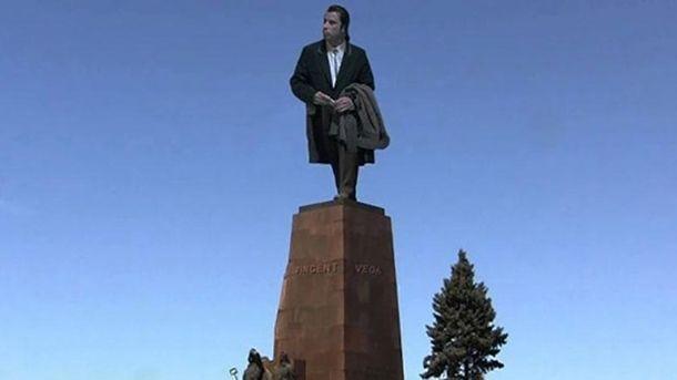 Джон Траволта на постаменте Ленина