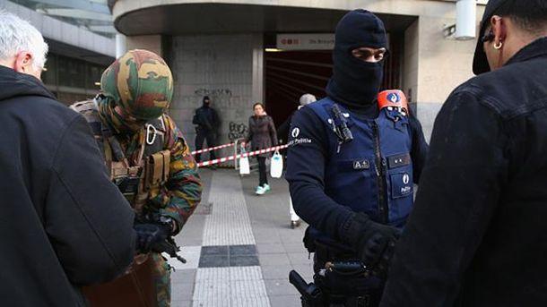 Бельгійський військовий та полісмен перевіряють документи