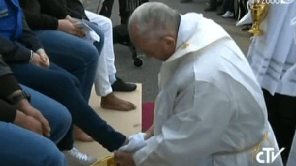 Папа Римский омыл ноги мусульманинам