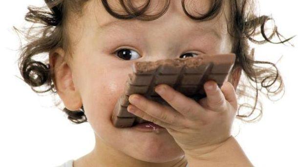 Дитина з шоколадом