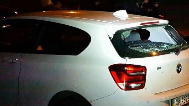 Пошкоджене авто внаслідок нападу на Парасюка