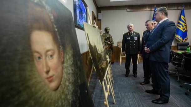 Порошенко осматривает похищенные картины