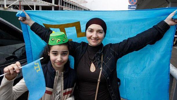 Дівчата з прапором кримських татар