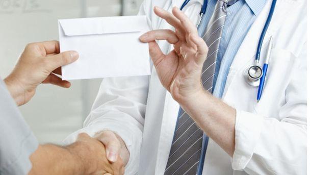 Лікар допомагав