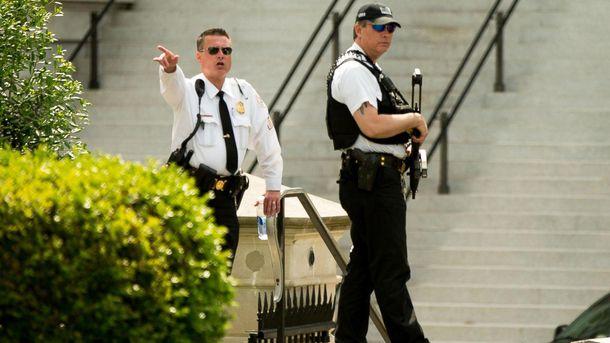 Полицейские окружили Белый дом