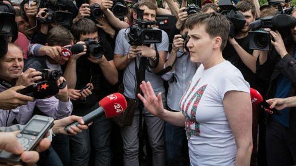 Надія Савченко емоційно спілкується з журналістами