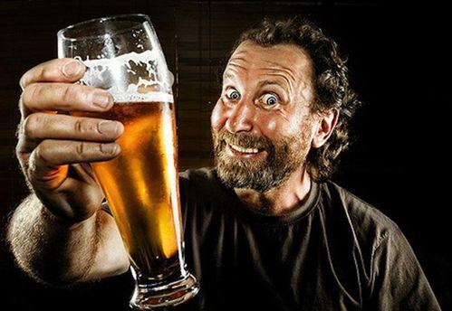 Чоловік з пивом