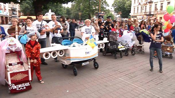 Необычные коляски на параде во Франковске