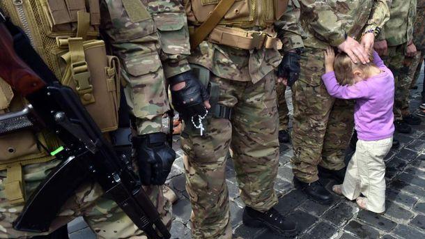 Солдати і дитина