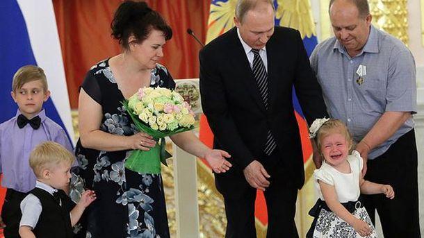 Владимир Путин пытается успокоить ребенка