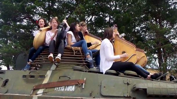 Бандуристки чувственно спели для украинских бойцов