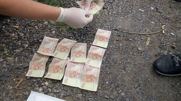 Майор податкової міліції брав гроші через прохід у Новотроїцькому