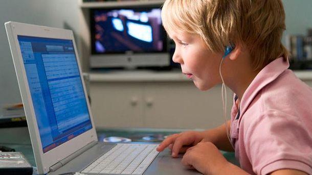 Дитина за ноутбуком