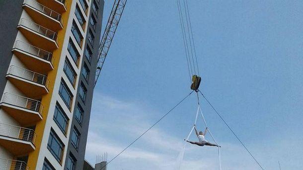 Номер девушка выполнила на высоте 25 метров