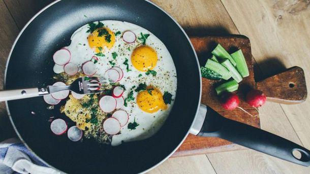 Яєшня з сезонними овочами