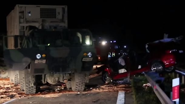 За рулем грузовика находилась женщина-военный