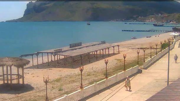 Пустий пляж у Криму