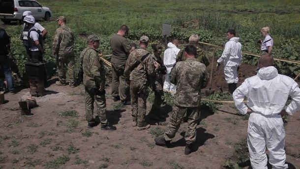 Тіла у формі з російськими шевронами відкопали на Луганщині